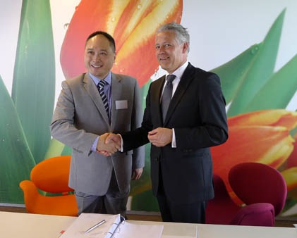 Isbrand Ho of BYD Europe and Jos Nijhuis of Schiphol Group sign a contract for electric buses.